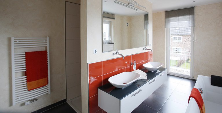 Im großzügig geschnittenen Bad finden sowohl eine Badewanne als auch eine bodentiefe Dusche Platz.  Copyright: Heinz von Heiden GmbH Massivhäuser