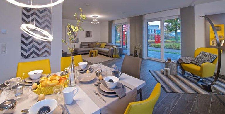 Offener Ess-/Wohnbereich mit gelben Akzenten Copyright: