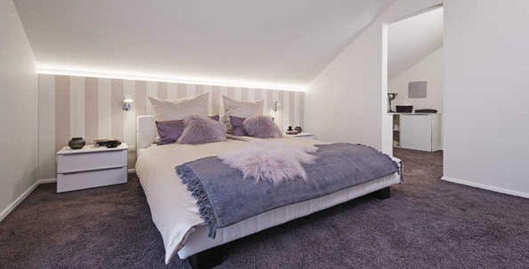 Gemütliches Schlafzimmer mit Ankleide Copyright: WeberHaus