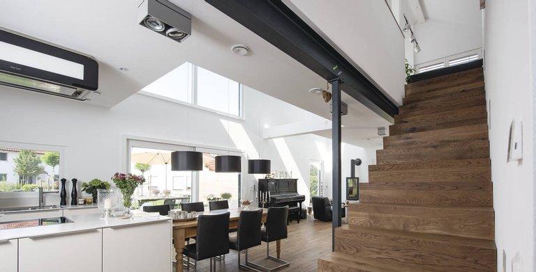 Der warme Farbton der Faltwerktreppe und des Holzbodens verleiht dem Raum eine ganz gemütliche Note.    Copyright: WeberHaus