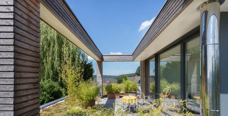Auf der grünen, naturverbundenen Terrasse lässt es sich zu jeder Jahreszeit aushalten.