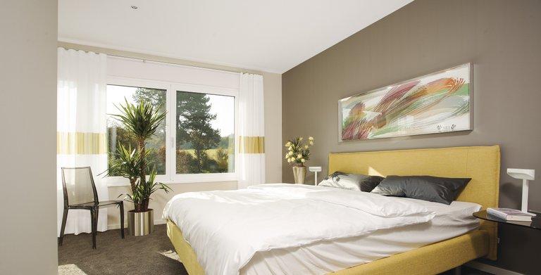 Modernes, tageslichthelles Schlafzimmer Copyright: WeberHaus