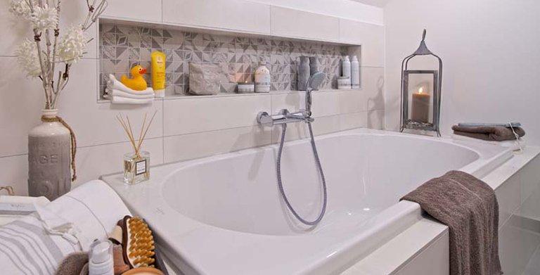Badezimmer mit Wanne und Dusche Copyright: