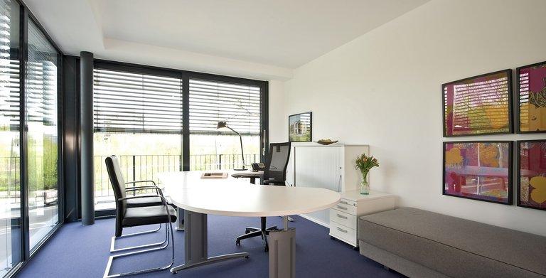 Die Zimmer im Obergeschoss - ob als Büro oder Kinderzimmer genutzt - haben bodentiefe Fenster und bekommen daher viel Tageslicht.  Copyright: Heinz von Heiden GmbH Massivhäuser