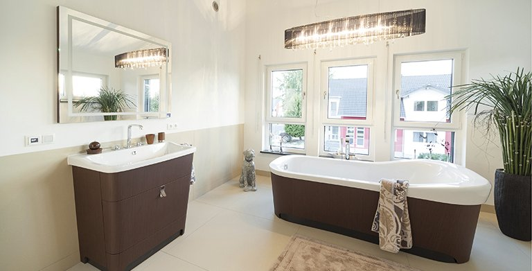 Im Bad lädt eine frei stehende Wanne zum Badevergnügen ein Copyright: