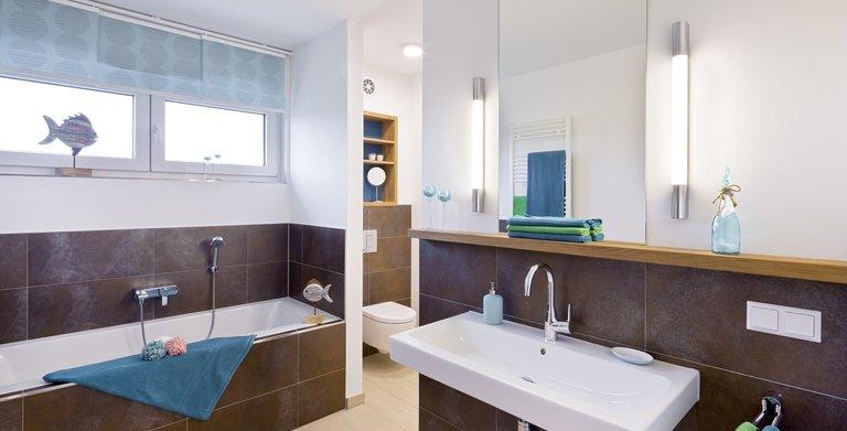 Im Familienbadezimmer haben Badewanne und Dusche Platz – ob es morgens schnell gehen muss oder einem der Sinn mehr nach einem entspannten Bad steht – alles ist möglich.  Copyright: Heinz von Heiden GmbH Massivhäuser