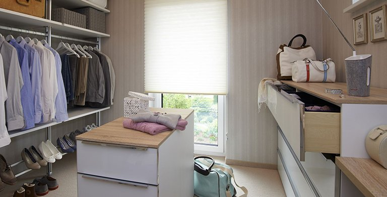 Im rund 10 Quadratmeter großen Schrankraum sind Kleidung, Schuhe und Koffer bestens untergebracht.  Copyright: