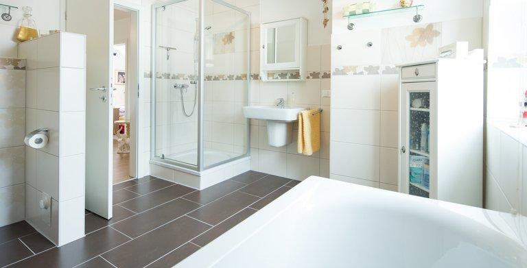 Ein Familien Badezimmer mit allem, was dazu gehört: Badewanne, Dusche und vor allem viel Platz. Copyright: Heinz von Heiden GmbH Massivhäuser