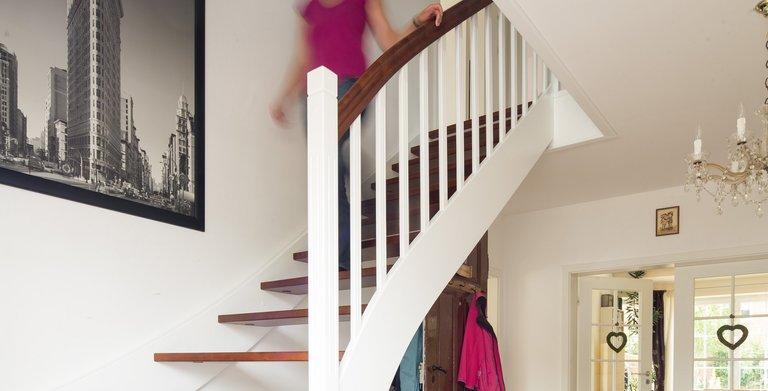 Die geschwungene Treppe führt von der Diele aus ins obere Stockwerk. Unter der Treppe findet der Familienhund seinen Platz.  Copyright: Heinz von Heiden GmbH Massivhäuser