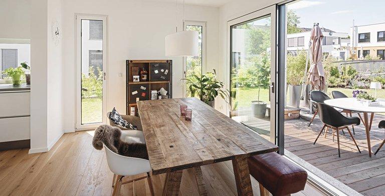 Vergrößert wird der Wohnraum durch eine robuste Holzterrasse Copyright: WeberHaus