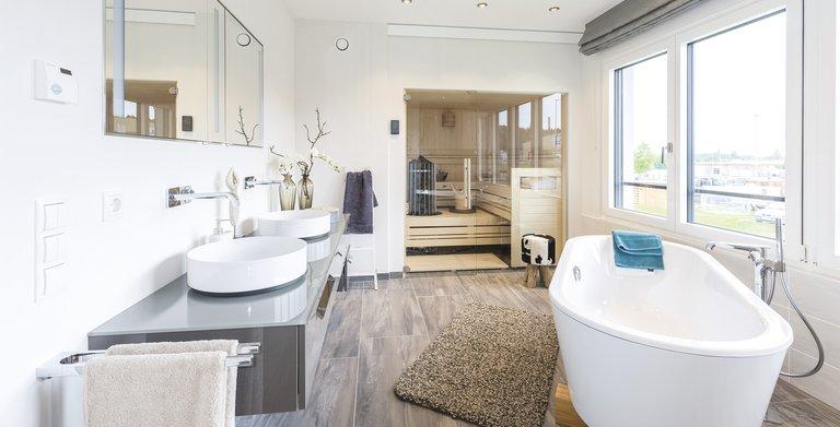 Im 80 m² großen Obergeschoss präsentiert sich das Badezimmer als eine Oase der Entspannung.  Copyright: WeberHaus