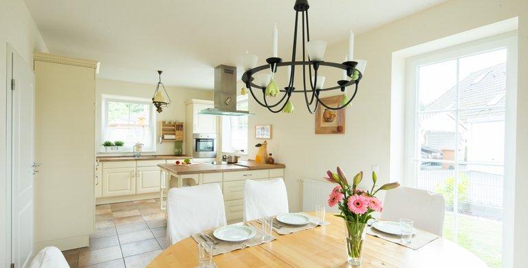 Dank der großen Fensterflächen sind Wohn- und Essbereich mit der offenen Küche lichtdurchflutet. Copyright: Heinz von Heiden GmbH Massivhäuser