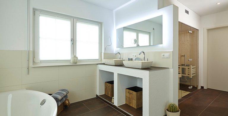 Im Bad ist eine Sauna für perfekte Entspannung integriert Copyright: Wolf-Haus
