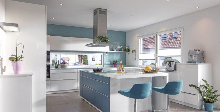 Die offene Küche geht fließend in den Wohn- und Essbereich über Copyright: WeberHaus