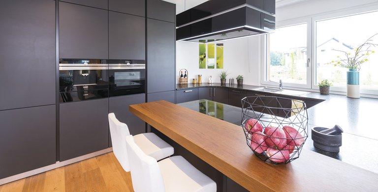 Die offene Küche ist in den Runderker integriert. Copyright: WeberHaus