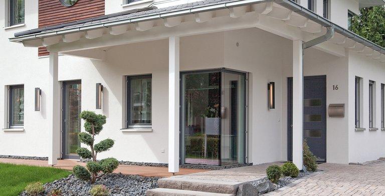Der Eingang ist durch eine Überdachung geschützt Copyright: Wolf-Haus