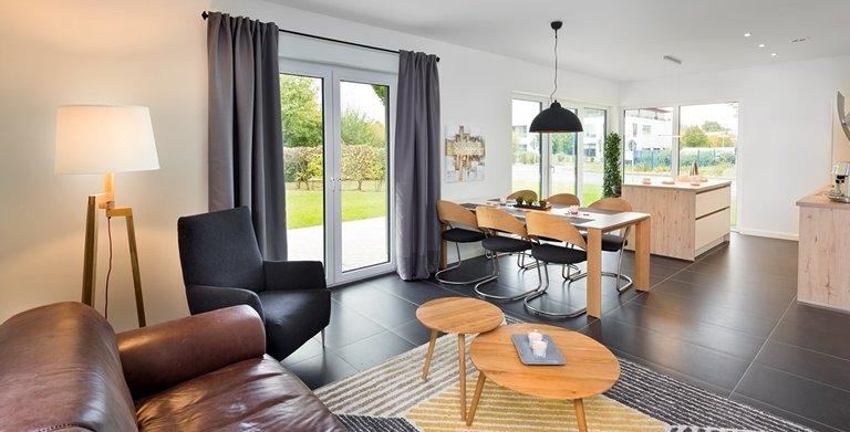 Wohnzimmer, Essplatz und Küche sind offen gestaltet und gehen nahtlos ineinander über.  Copyright: Heinz von Heiden GmbH Massivhäuser