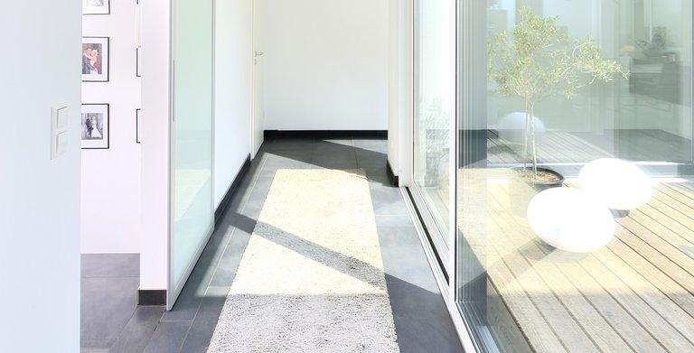 Über den langen, hellen Flur gelangt man vom Wohn- in den Privatbereich. Copyright: Heinz von Heiden GmbH Massivhäuser