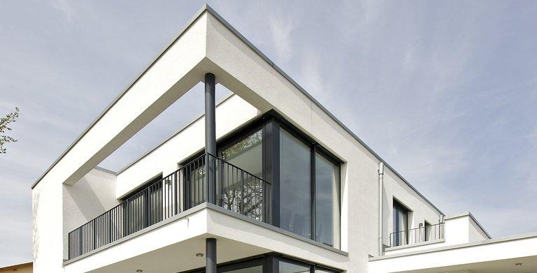 Mit dem Musterhaus Eiche  Heinz von Heiden gehobene Villen-Architektur im zeitlosen Bauhausstil: Prägend sind der kubische Baukörper, die geraden Linien, das moderne Flachdach sowie die großzügigen Fenster.