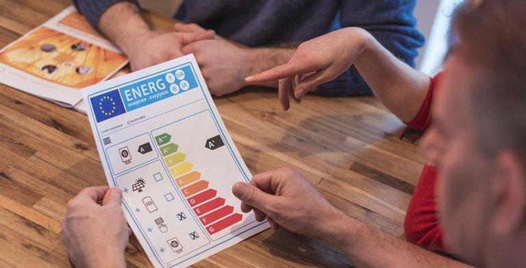 Energielabel für Heizungen: Beratungssituation mit Verbundanlagenlabel.