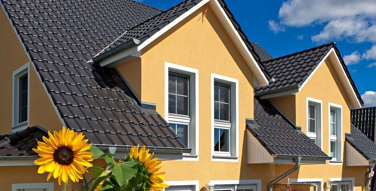 Das familienfreundliche Doppelhaus bietet zwei separate Wohneinheiten. Zwerchgiebel schaffen mehr Wohnraum im Dachgeschoss.