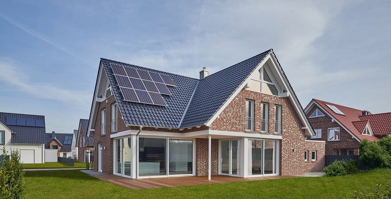Dieses klassische Einfamilienhaus mit der rustikalen Verblendfassade wartet mit modernster Smarthome-Technik auf. Tradition und Fortschritt sind hier auf Bauherrenwunsch hin vereint worden.