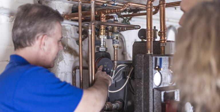 Hocheffizienzpumpe: Austausch der alten Heizungspumpe gegen eine Hocheffizienzpumpe durch den Fachhandwerker.