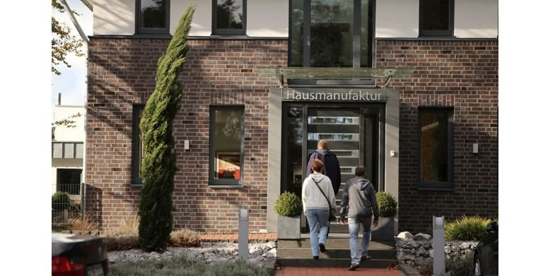 An zwei bis drei Tagen stellen die GUSSEK-Bauherren Ihr Traumhaus in der GUSSEK-Hausmanufaktur zusammen. Copyright: GUSSEK HAUS