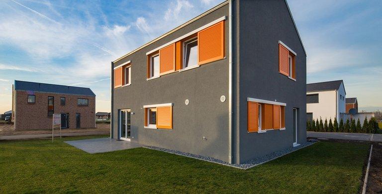 Das Satteldach mit Stadthausgiebel und einer Dachneigung von 25 ° verzichtet gänzlich auf jede Form eines Dachüberstandes. Das Heinz von Heiden-Musterhaus steht Bauinteressenten in Hamburg offen.