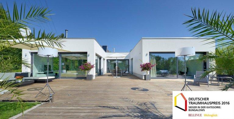 Dieser Bungalow in U-Form besticht durch seine großen Glasfronten und sein innovatives Erscheinungsbild. Das individuelle Kundenhaus wurde beim Deutschen Traumhauspreis 2016 auf den 2. Platz in der Kategorie Bungalows gewählt.
