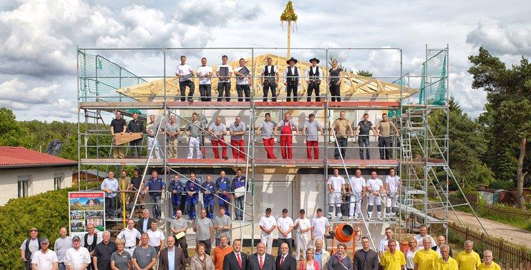 Das gesamte Team von Roth-Massivhaus: vom Keller bis zum Dach, von der Verwaltung bis zum Zimmerer.