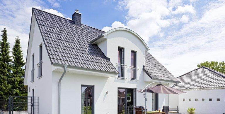 Das Modicus M 52 ist bei Heinz von Heiden der absolute Klassiker unter den Einfamilienhäusern. Die Bauherren haben sich hier für die weißverputzte Variante entschieden.