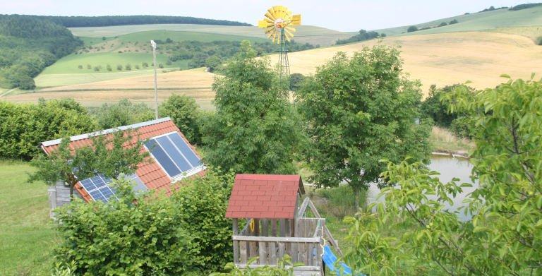 Windrad, Spielplatz und Teich im Musterhauspark Copyright: Bio-Solar-Haus