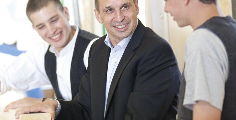 Geschäftsführer Bernhard Wolf mit Auszubildenden Copyright: Wolf-Haus