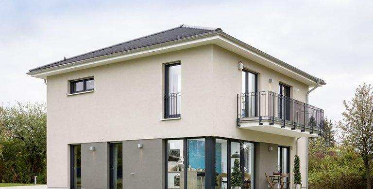 Die Stadtvilla ist das ideale Familienhaus – auf den zwei Vollgeschossen finden alle Bewohner genug Platz. Das Massivhaus ist mit moderner Smarthome-Technik ausgestattet.