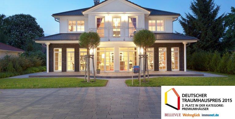 Das Heinz von Heiden-Musterhaus Villa Falkensee ist im repräsentativen Bau- und Einrichtungsstil einer klassizistischen Villa gehalten. Ausgezeichnet mit einem 2. Platz in der Kategorie Premiumhäuser beim Deutschen Traumhauspreis 2015.
