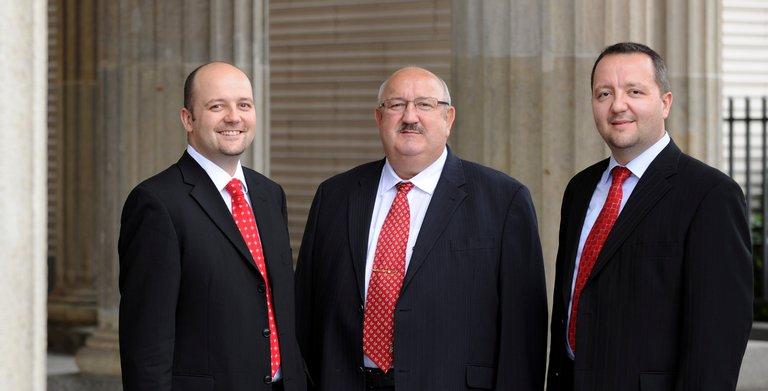 Gründer Horst Roth (Mitte) mit seinen Söhnen und geschäftsführenden Gesellschaftern Enrico und Andrè Roth.