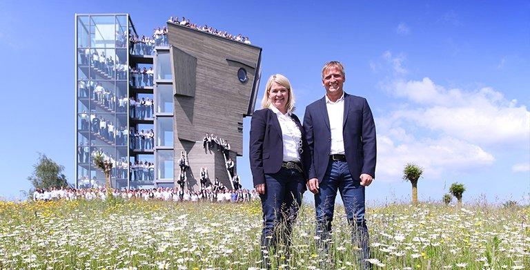 Gemeinsam sind wir erfolgreich - die Mitarbeiter mit Geschäftsführung Dagmar Fritz-Kramer und Mario Reisacher Copyright: Baufritz